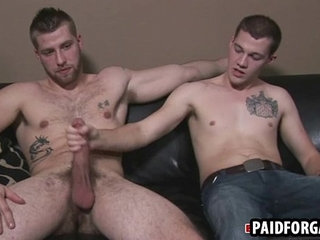 Straight amateur hunk giving a muscular guy head for cash